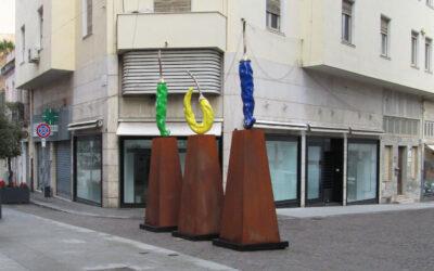 Cagliari si acconcia per le feste. Arte urbana o urban kitsch?